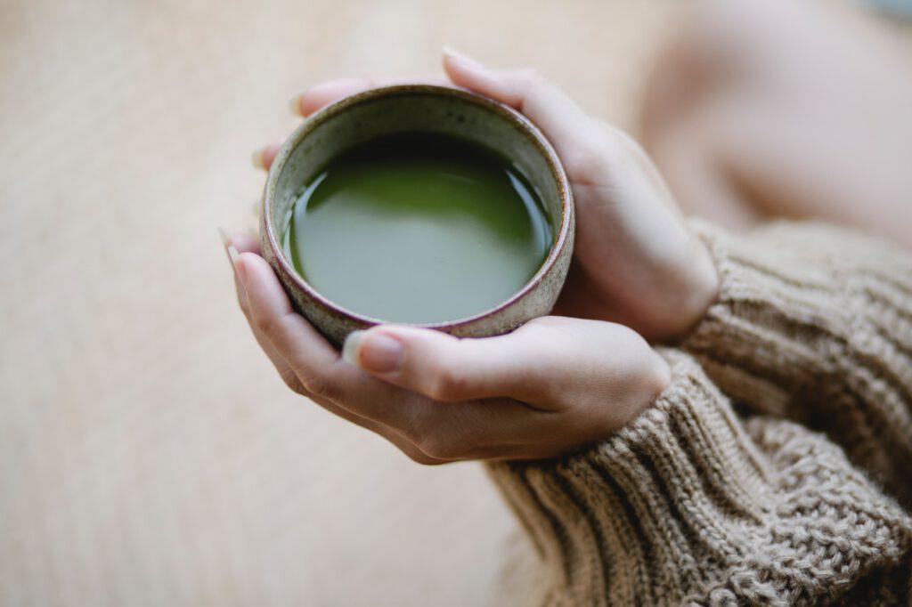 kop matcha thee geserveerd in servies