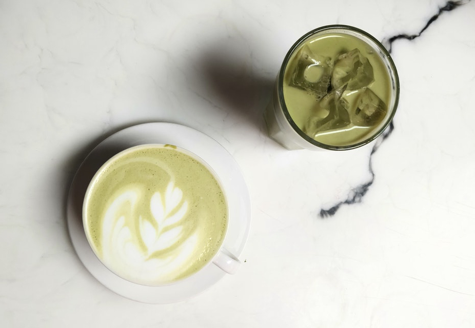 matcha latte geserveerd in glas